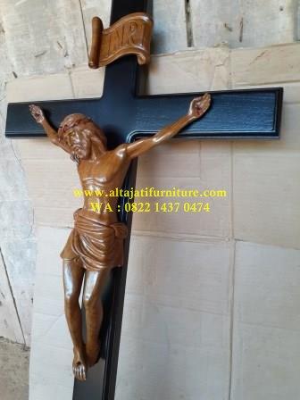 ukiran relief patung salib yesus